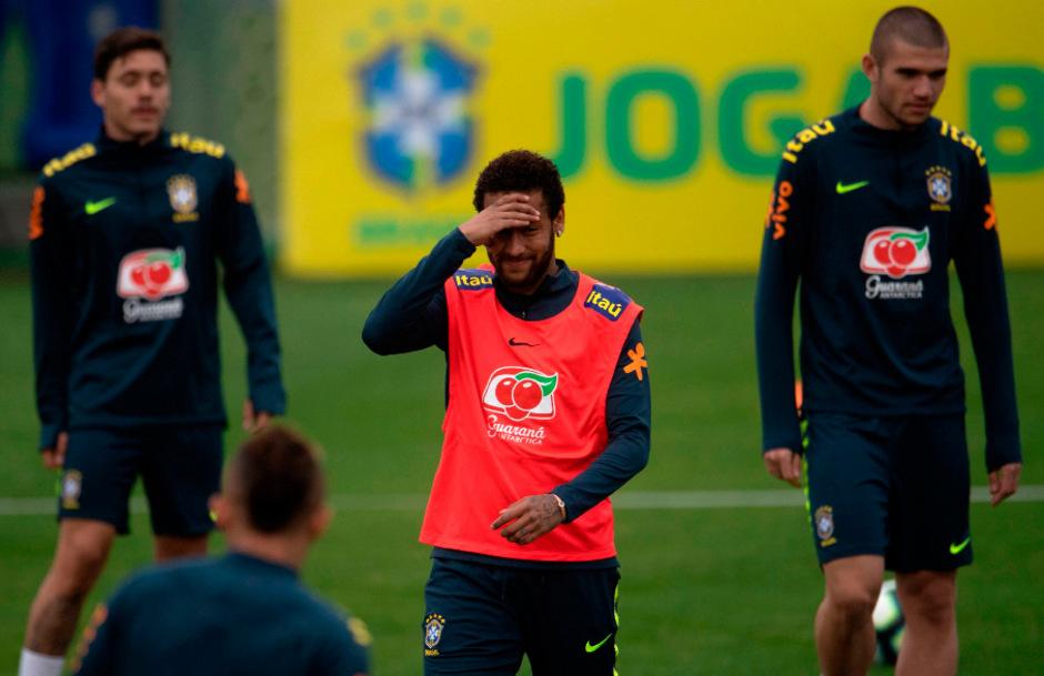 Brasiliens Stürmerstar Neymar erhielt im Teamcamp Besuch von der Polizei.