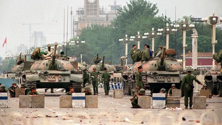 """Panzer rollten am 4. Juni 1989 zum Tian'anmen, dem """"Platz des himmlischen Friedens"""". Wie viele Menschen getötet wurden, ist bis heute unklar. Die Aufnahme entstand zwei Tage nach dem Massaker."""
