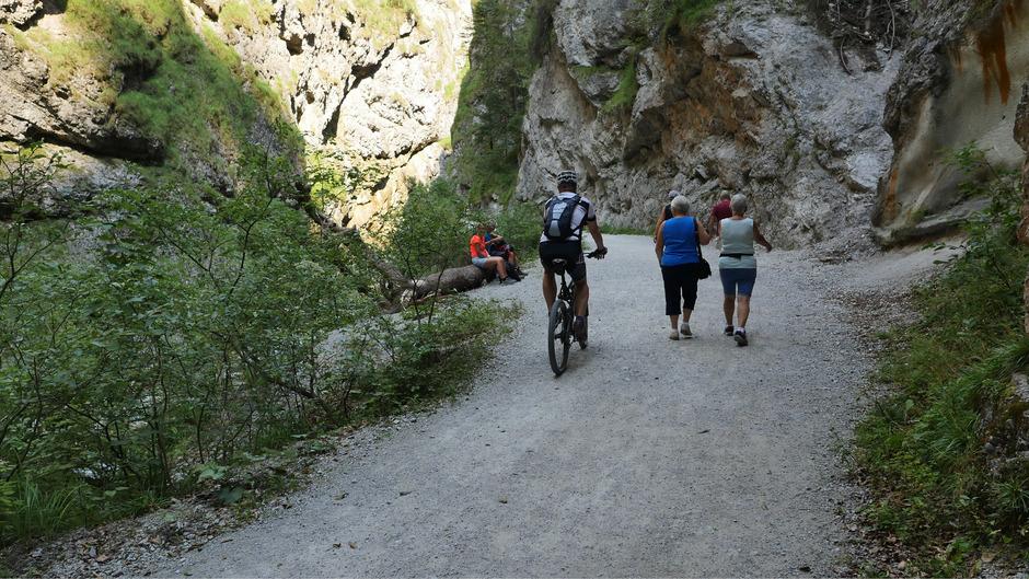 Begegnungen zwischen Wanderern und Radfahrern sind in der Kundler Klamm nicht unproblematisch.