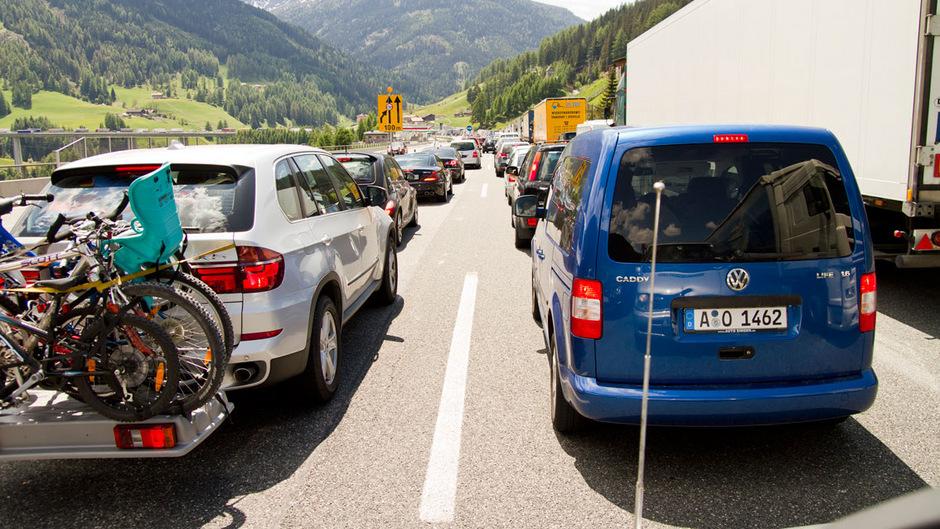 Nichts geht mehr auf der Brennerautobahn im Urlauberreiseverkehr. Viele Autofahrer weichen an Spitzentagen auf die Bundesstraße durch das Wipptal aus – zum Leidwesen der Bevölkerung.