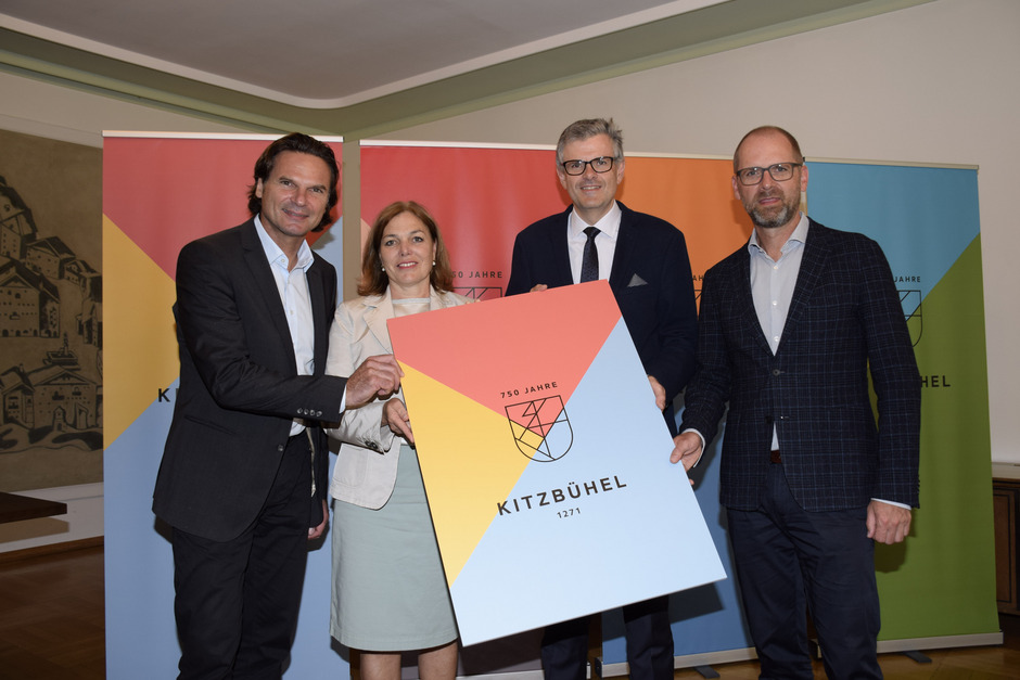 Werben für das Stadtjubiläum: Projektmanager Bernd Breitfellner, Stadträtin Ellen Sieberer, BM Klaus Winkler und Günther Eder (v.l.).