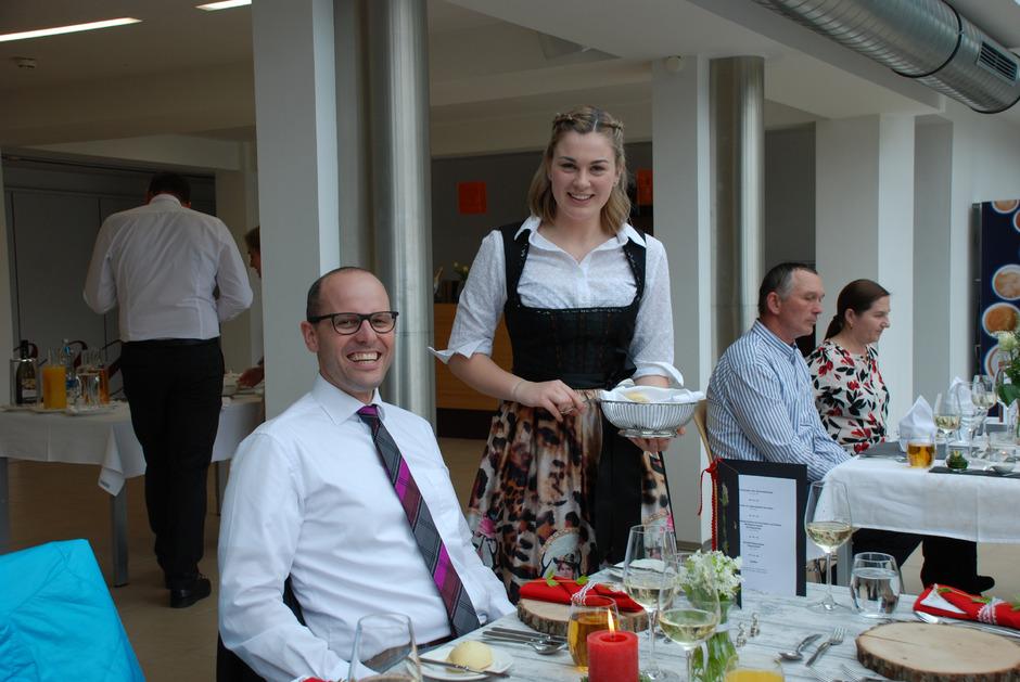 Schülerin Rosa Lämmle sorgte am Tisch von Ralf Hosp (Plansee Group) für das perfekte Service und angenehme Atmosphäre.