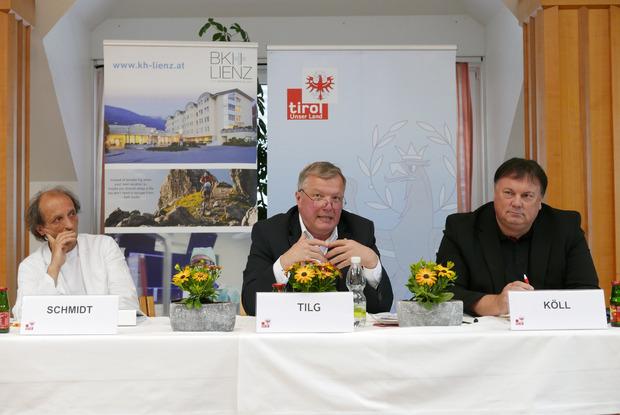 Der Bezirk Lienz war die letzte Station von Gesundheitslandesrat Bernhard Tilg, hier mit Verbandsobmann Andreas Köll (r.) und dem ärztlichen Direktor Martin Schmidt (l.).