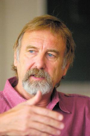O.Univ.-Prof. Dr. Rolf Steininger war von 1984 bis zu seiner Emeritierung 2010 Leiter des Instituts für Zeitgeschichte der Universität Innsbruck.