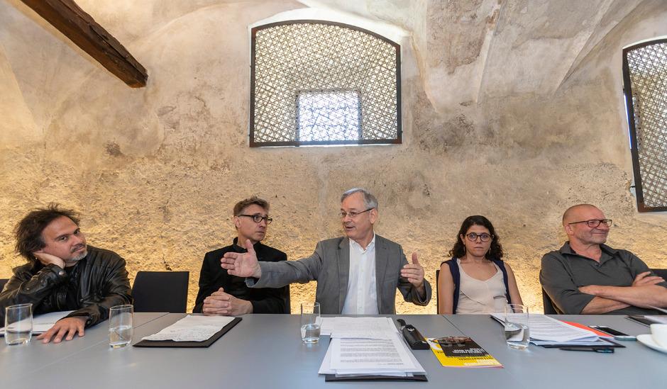 Die Komponisten Jorge Sánchez-Chiong und Mark Andre, Klangspuren-Leiter Reinhard Kager, Geschäftsführerin Angelika Schopper und Künstler Rens Veltman, der das neue Klangspuren-Sujet entwarf.