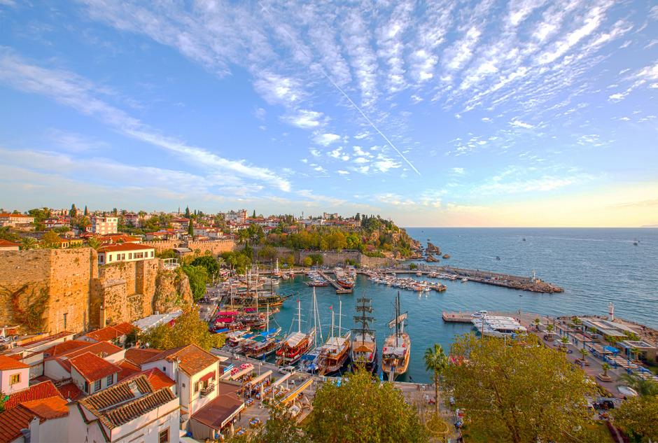 Blick auf die Altstadt Kaleici und den Hafen von Antalya (l.).