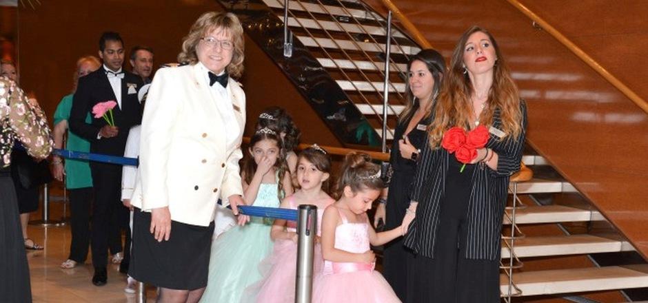 Die Axamerin Ingrid Happ mit jungen Passagierinnen, die einen Tag lang an Bord Prinzessin spielen dürfen.