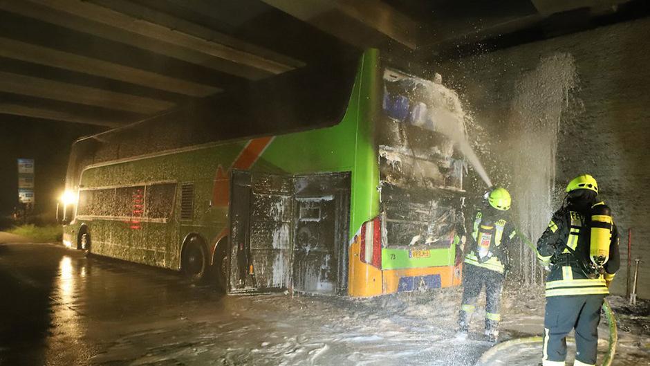 Die Fahrerin des Busses bemerkte das Feuer dank aufblinkender Warnleuchten rechtzeitig.