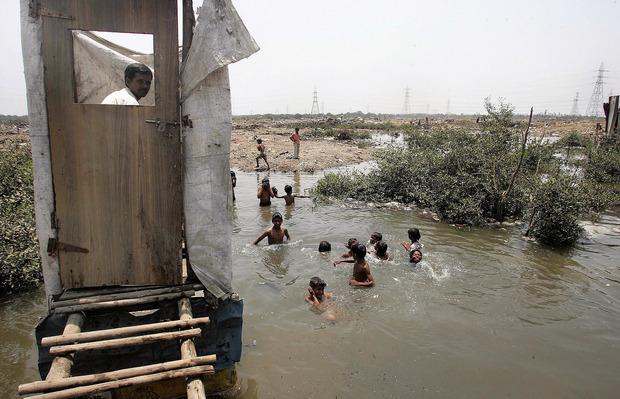In Mumbai ist der Fluss gleichzeitig öffentliches Klo und Badesee.