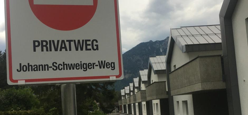"""Ein Straßenschild Marke Eigenbau ziert den """"Johann-Schweiger-Weg"""", der im Zuge des Siedlungsneubaus geschaffen wurde. Kurios: Auch am anderen Ende dieses Privatsträßchens ist ein Einfahrtsverbot angebracht."""