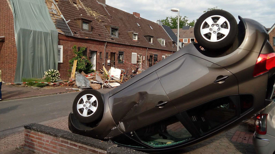 Ein Auto lag nach dem Sturm in Bocholt auf dem Dach.