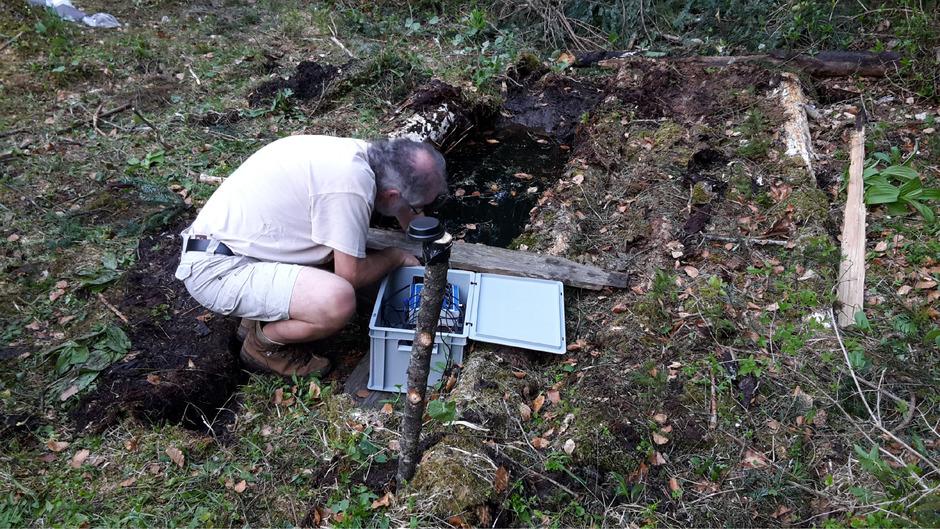 Geologe Christian Wolkersdorfer bei Untersuchungen am Nikolaus-Bader-Schacht. Dieser soll jetzt neue Erkenntnisse liefern.
