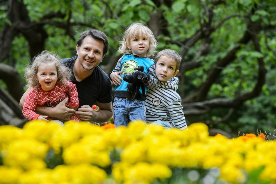Genießen gemeinsam die Zeit im Hofgarten: Papa Dragos Calmuc, die Zwillinge Ella und Leon (die nächste Woche 2 Jahre alt werden) und der große Bruder Arne (6 Jahre, rechts).