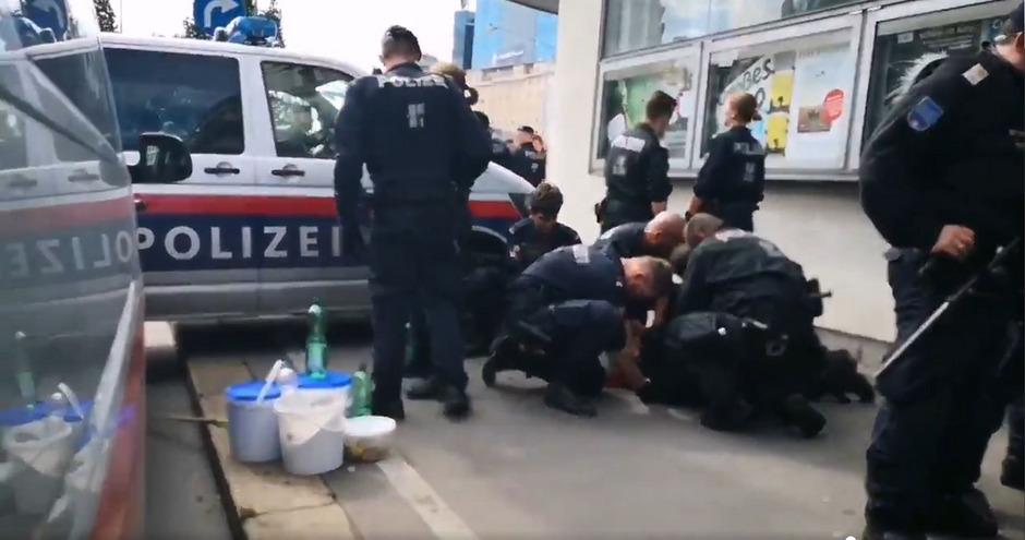 Ein Video mit dieser Szene ist am Samstag im Internet publik geworden, zwei Videos über einen anderen Vorfall folgten.