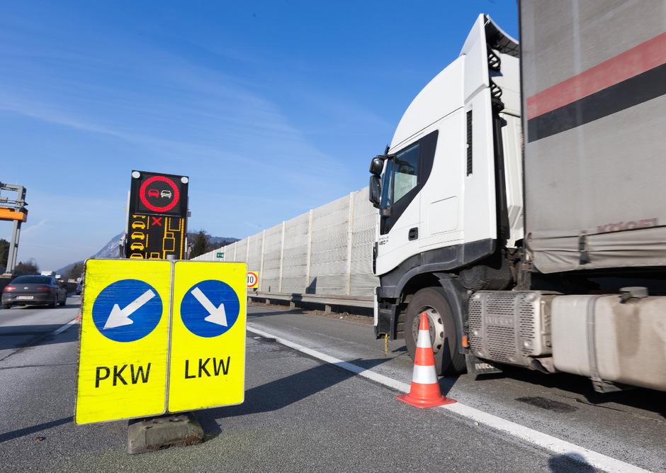 Tirol will die Lkw-Blockabfertigung bei Kufstein zeitlich ausdehnen. Derzeit läuft eine Prüfung – die italienischen Frächter schäumen.