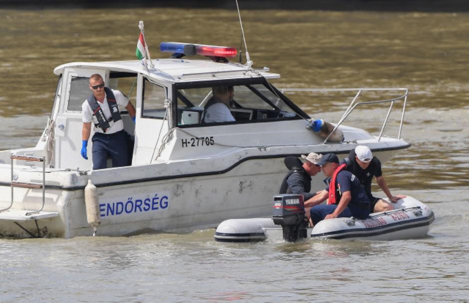 Die 13. Leiche zogen Taucher Mittwochfrüh nahe der Unglücksstelle unter der Budapester Margaretenbrücke aus dem Wasser.