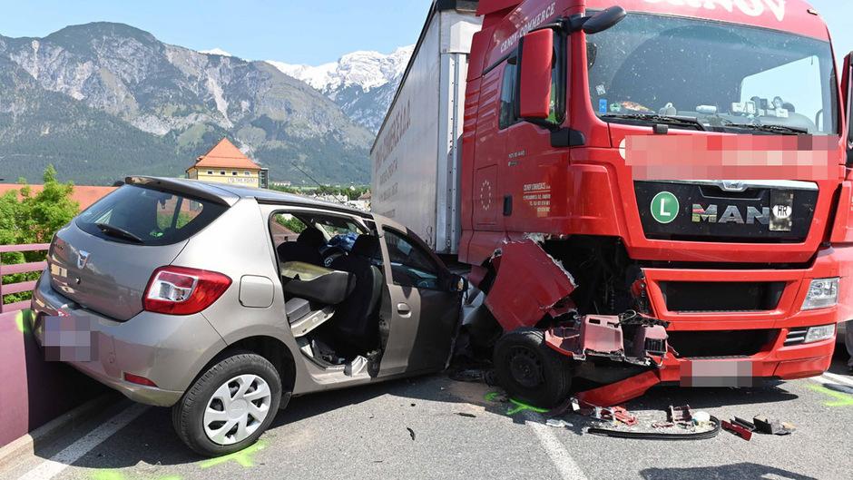 Die beiden Tirolerinnen, die in dem Auto saßen, wurden bei dem Zusammenstoß verletzt.