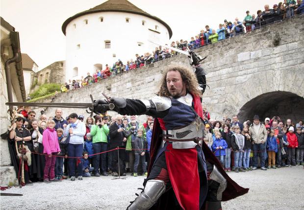 Mit Schwertkampf und Co. wird die Festung Kufstein zurück ins bunte Mittelalter versetzt.