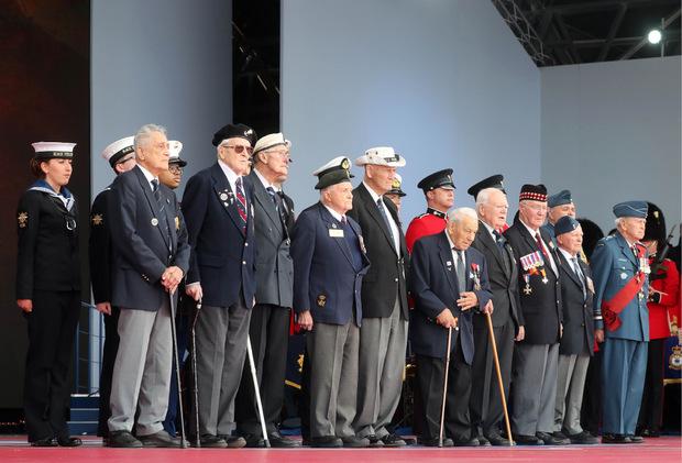 Veteranen versammelt auf der Bühne.
