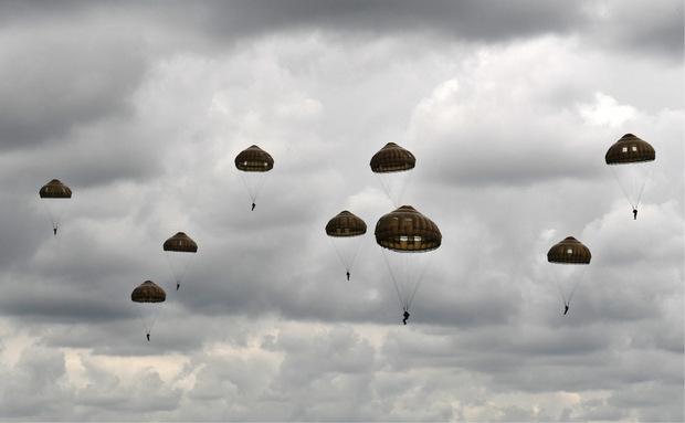 Englische Fallschirmjäger stellten am Mittwoch einen historischen Einsatz bei Sannerville, im Nordwesten Frankreichs nach.