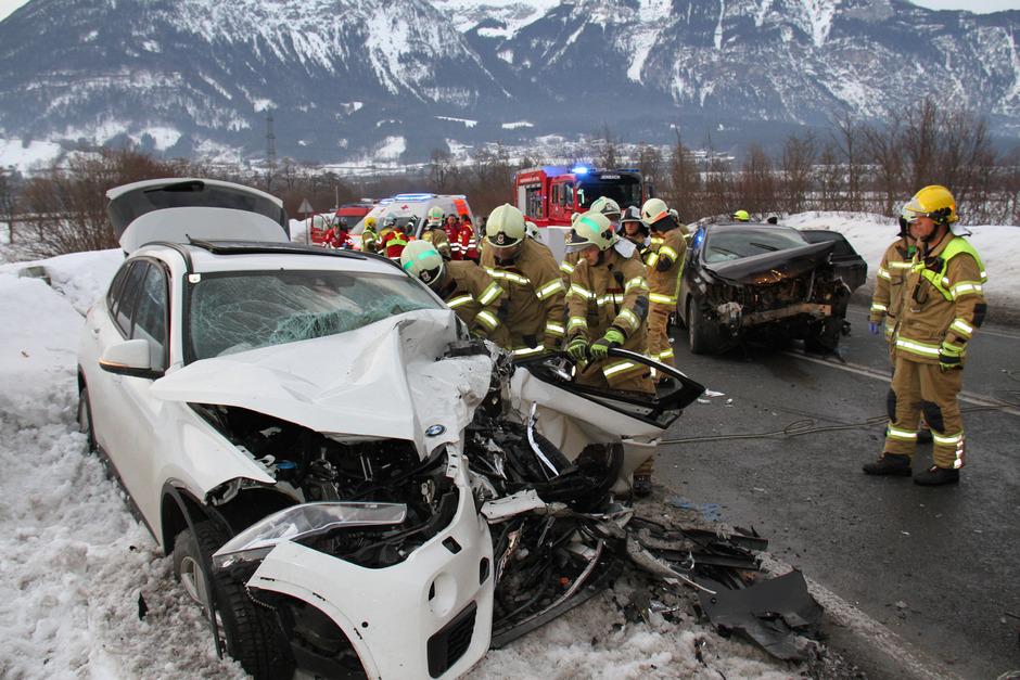 Der 44-jährige Rumäne war mit seinem SUV (rechts) frontal in einen Zillertaler Pkw gekracht.