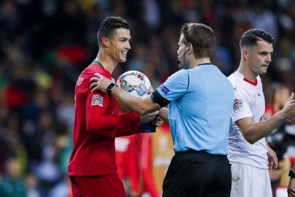Nach seinen drei Toren erhielt Christiano Ronaldo (l.) von Schiedsrichter Felix Brych den Spielball.