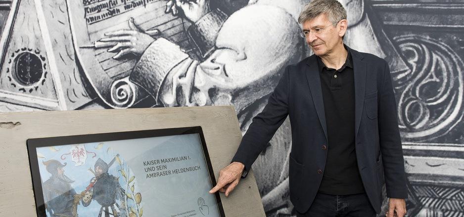 """Mario Klarer ist Projektleiter von """"Maximilian goes digital"""". In der Innsbrucker Hofburg kann man das """"Ambraser Heldenbuch"""" kennen lernen."""