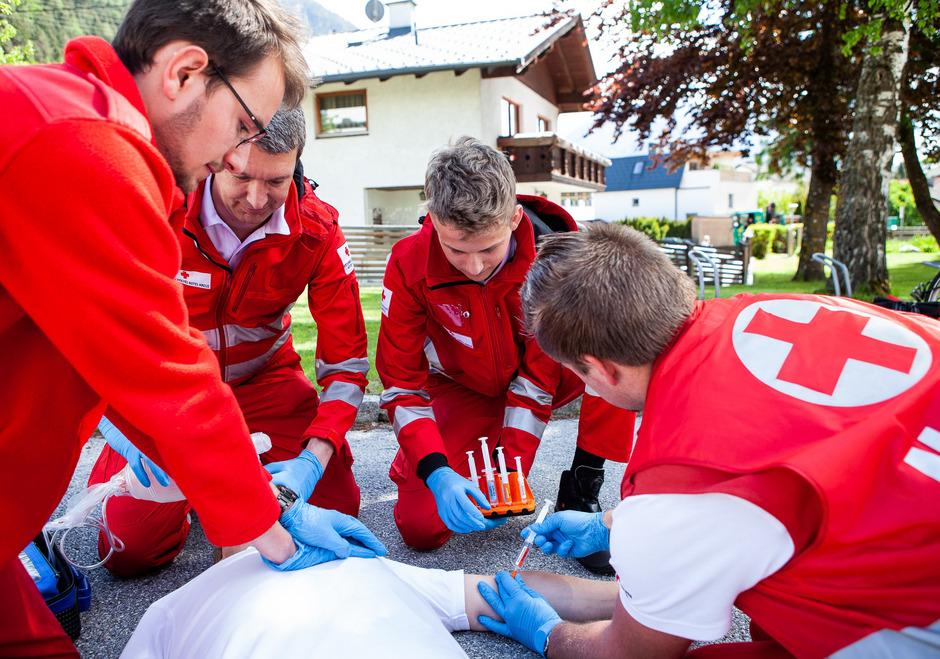 Die Entwickler Matthias Zerlauth und Florian Schreiber (1. und 3.v.l.) demonstrieren im Training den Einsatz ihres Maturaprojekts.