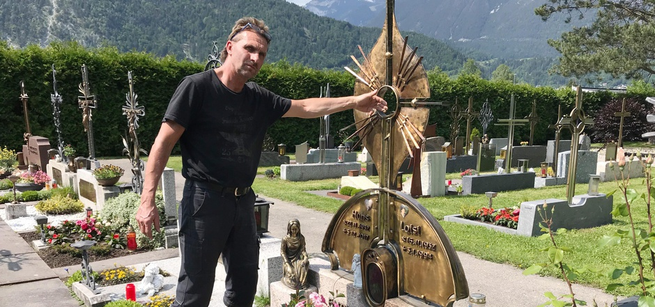 Den Stein (im kleinen Bild unten noch an seinem Platz) hat Michael Schrattenthaler bei einer Wanderung mit seinem Vater gefunden.