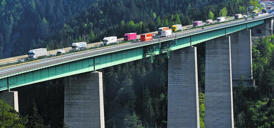 Eine 28-Tonnen-Beschränkung würde die schweren Transit-Lkw nicht nur von der Europabrücke verbannen.