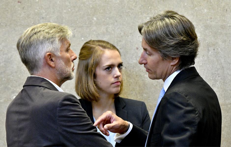 Die Angeklagten Walter Meischberger (l.) und Karl-Heinz Grasser (r.) und die Anwältin Vanessa McAllister.