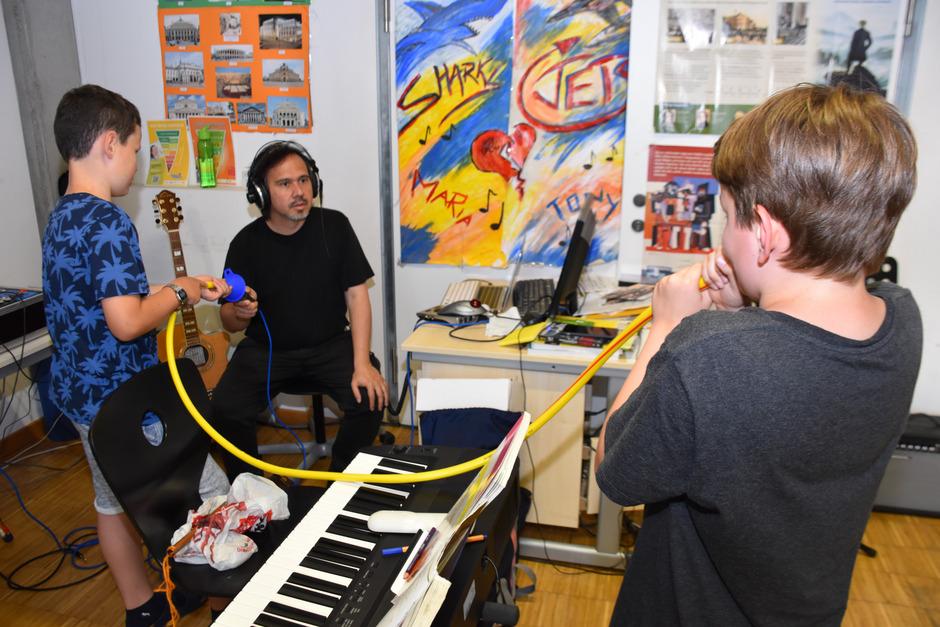 Während die Schüler die Musik für ihre Vorführung auf unkonventionellem Weg erzeugen, basteln andere an den Visualisierungen.