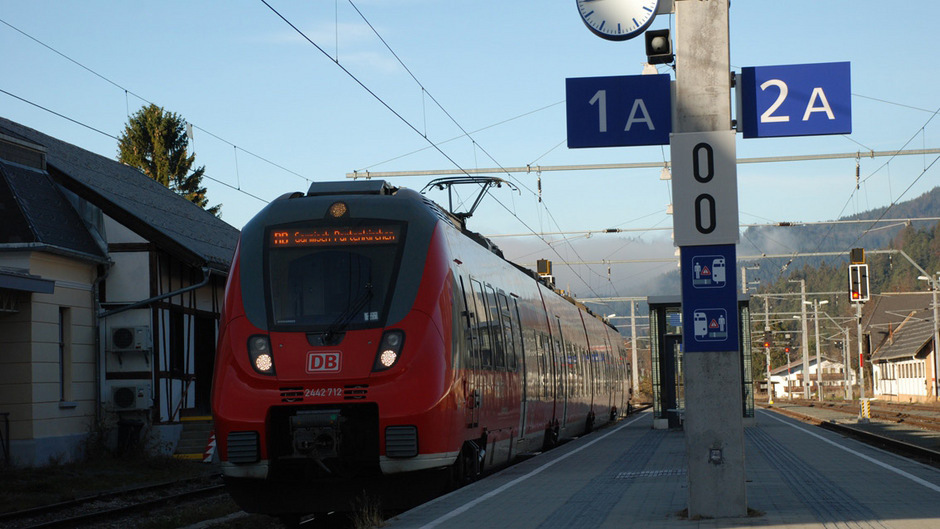 Das Land verweist auf die Außerfernbahn, wo derzeit ein Verfahren zur Elektrifizierung der Bahnstrecke anhängig ist.