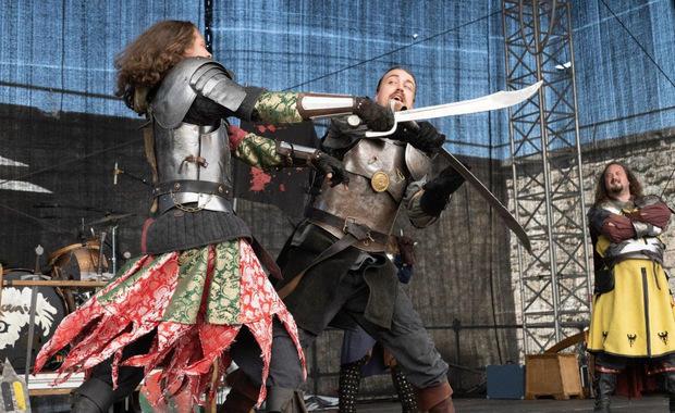Auf der Festung werden von professionellen Stuntmännern packende Schwertkämpfe gezeigt.