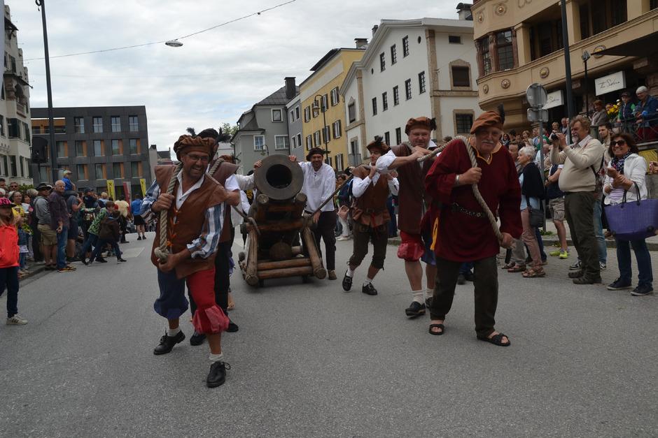 Eine Kanone durfte natürlich beim Umzug durch die Kufsteiner Innenstadt nicht fehlen.