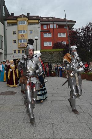 Verbreiteten ein Mittelalter-Flair: die geharnischten Teilnehmer beim Festzug.