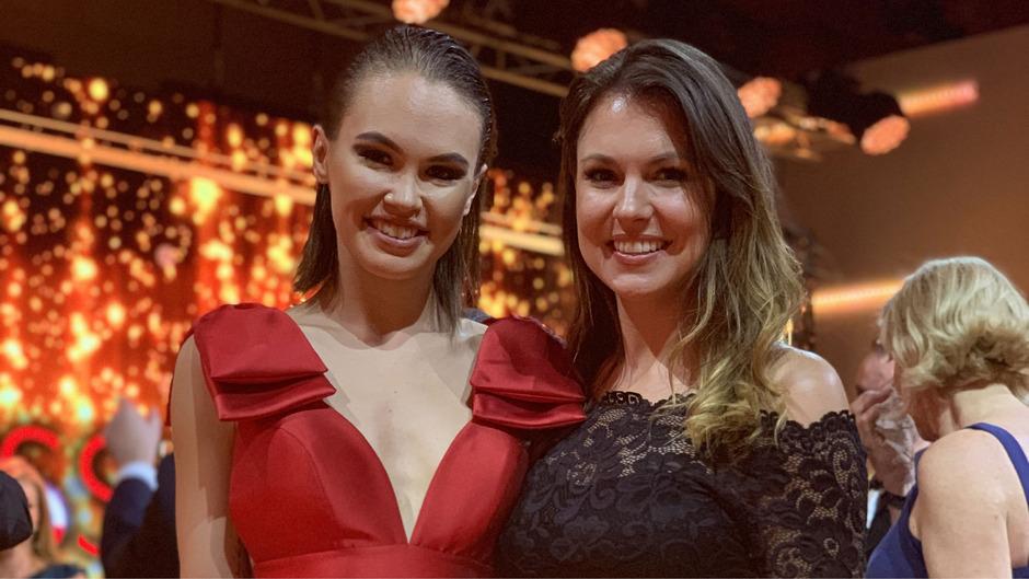 Beate Berger (links) im Kleid von Erika Suess bei der Miss Austria Wahl mit Romana Exenberger.