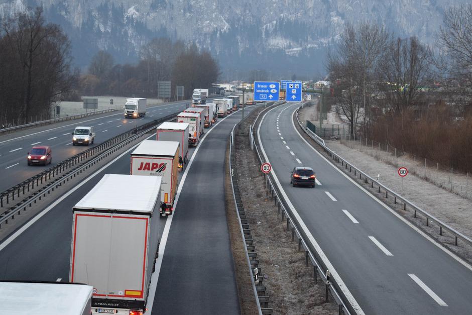 Das Lkw-Dosiersystem führt zu einem Rückstau auf bayerisches Staatsgebiet. Der dortige Verkehrsminister findet das nicht lustig.