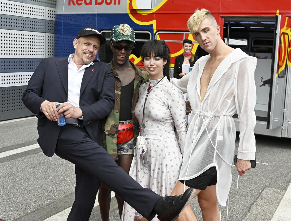 Gery Keszler, Gründer und Organisator des Life Balls, holte die Gäste Jonte, Aura Dione und Miles Keeney am Flughafen Schwechat ab.