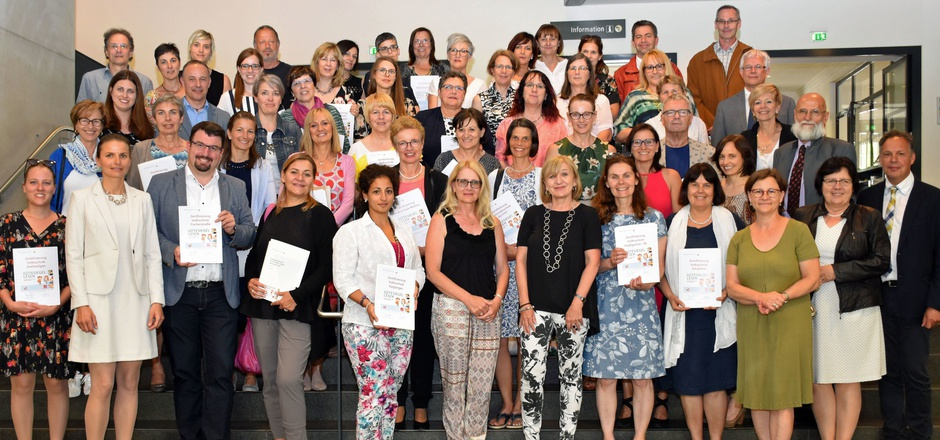 """LRin Beate Palfrader (Mitte) gratuliert den Vertretern der Schulen herzlich zum """"Gütesiegel Lesen""""."""