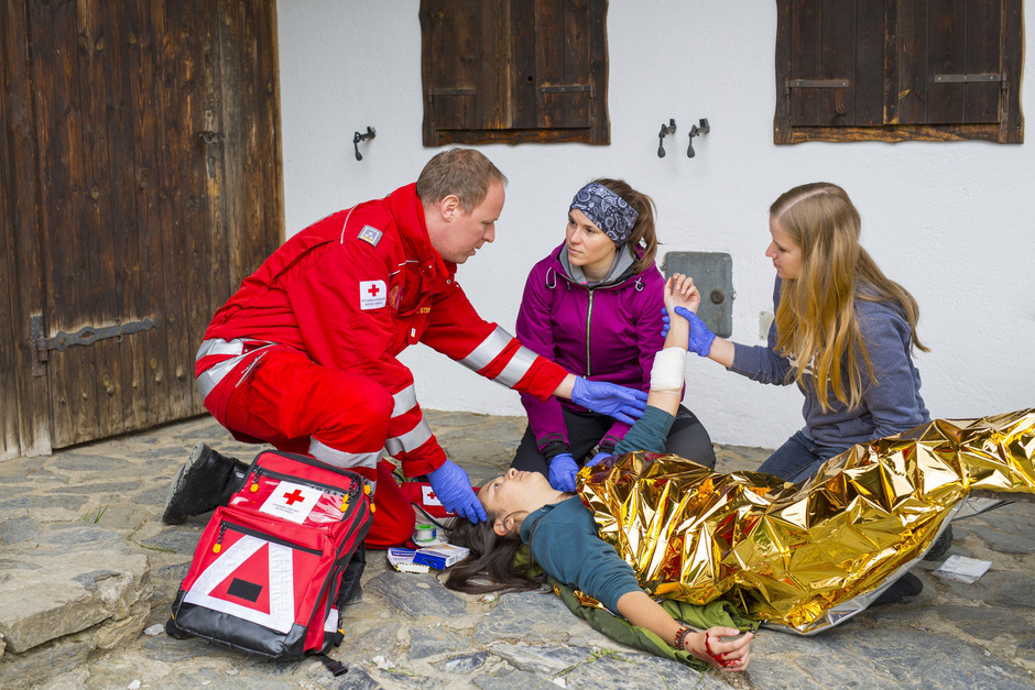 """Ein ausgebildeter Sanitäter versorgt als """"First Responder"""" bis zum Eintreffen von Notarzt oder Rettung den Patienten."""