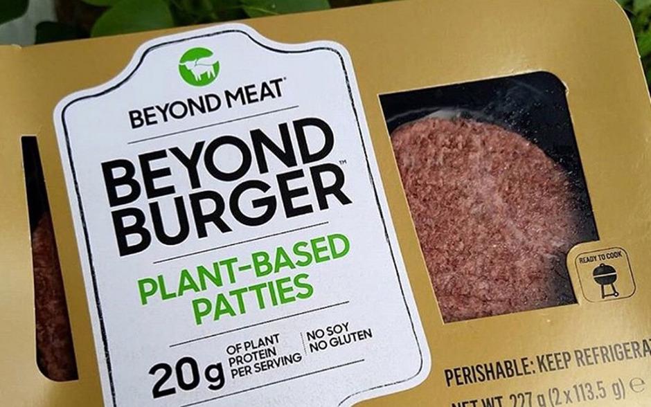 Nach Angaben von Beyond Meat sind es weltweit die ersten Burger auf pflanzlicher Basis, die direkt im Fleischregal von US-Supermarktketten verkauft werden.