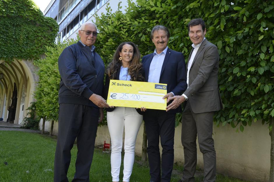 Martina Egger übergab die Spende an Kurt Kostenzer (Kinderhilfe), BM Hans Lintner (Sozialfonds der Stadt Schwaz) und Martin Lechner (Sozialfonds Gambrinusfreunde, von links).