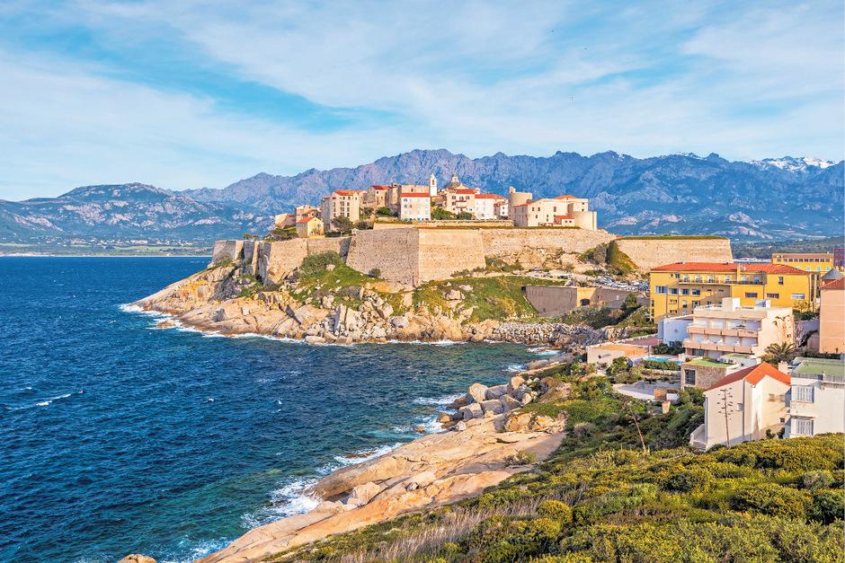 Wie ein Fels in der Brandung des Mittelmeers steht die Stadt Calvi da.