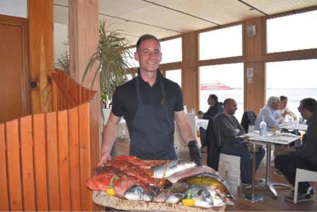 Romain mit einer Fischauswahl im Restaurant à Siesta auf der Isle Rousse.