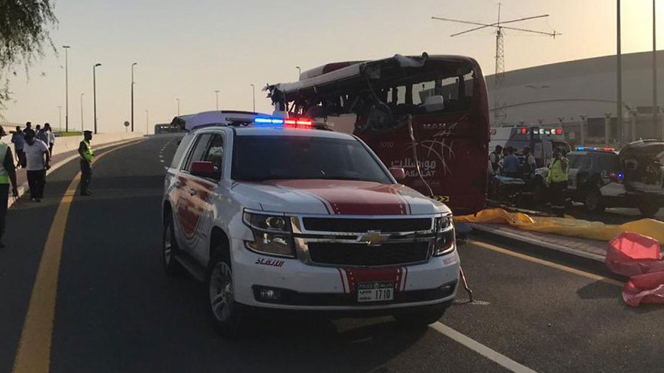 Ein Polizeiwagen steht vor dem Bus, dessen Dach fast komplett abgerissen ist.