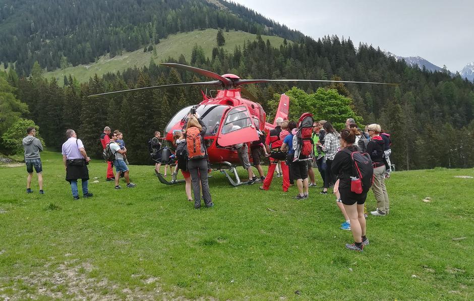 Für die Besucher gab es ein abwechslungsreiches Programm. Heli Tirol stellte einen Rettungshubschrauber aus.
