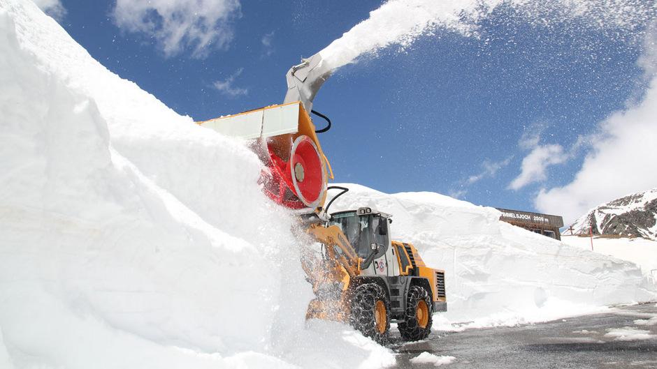 Der Saisonstart für die Timmelsjochhochalpenstraße hat sich verzögert. Teils sind die Schneewände zehn Meter hoch.