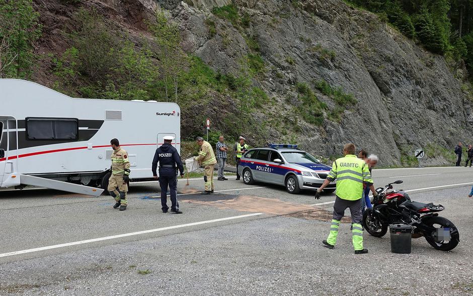 Ein Motorradfahrer kollidierte auf der Tannheimer Bundesstraße mit einem Wohnmobil. Für den Mann kam jede Hilfe zu spät.