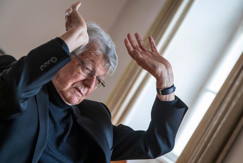Der in Vorarlberg geborene Bischof Kräutler (79) setzt sich seit Jahrzehnten für den Erhalt des brasilianischen Regenwaldes und die Rechte der indigenen Bevölkerung ein.